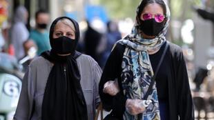 إيرانيتان في أحد شوارع طهران في الأول من تموز/يوليو 2020