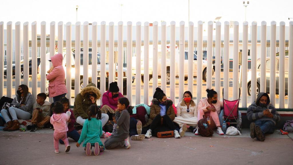 Solicitantes de asilo esperan fuera del puerto fronterizo de El Chaparral mientras esperan cruzar a Estados Unidos.