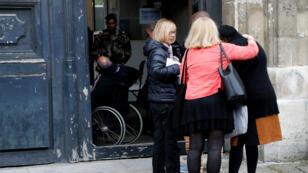 Arrivée de rescapés et proches des victimes des attaques du 13 novembre à Paris, mercredi 25 mai 2016.