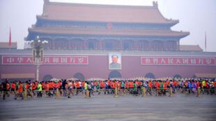 Plus de 25 000 personnes ont participé au marathon de Pékin, dimanche, alors que l'air ambiant était saturé par la pollution.