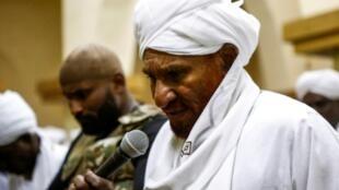 الصادق المهدي في مسجد في أم درمان في 19 كانون الأول/ديسمبر