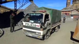 Policías llegan a la mina Huanuni en Bolivia, el miércoles 11 de abril de 2018.