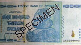 Un spéciment de billet de 100 mille milliards de dollars zimbabwéen.