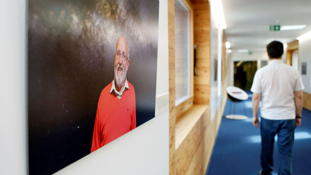 Una imagen del científico Michel Mayor es exhibida el 8 de octubre de 2019 dentro del Observatorio de Ginebra en Versoix, Suiza, después de ganar el Premio Nobel de Física 2019.