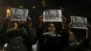 La gente sostiene carteles con la fotografía de Temístocles Machado, líder social colombiano asesinado, durante una protesta contra el asesinato de activistas sociales, en Bogotá, Colombia, el 26 de julio de 2019.