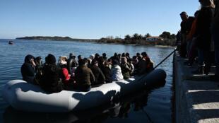 Des migrants arrivant dans une embarcation de fortune sont repoussés par des habitants de Lesbos, le 1er mars 2020.