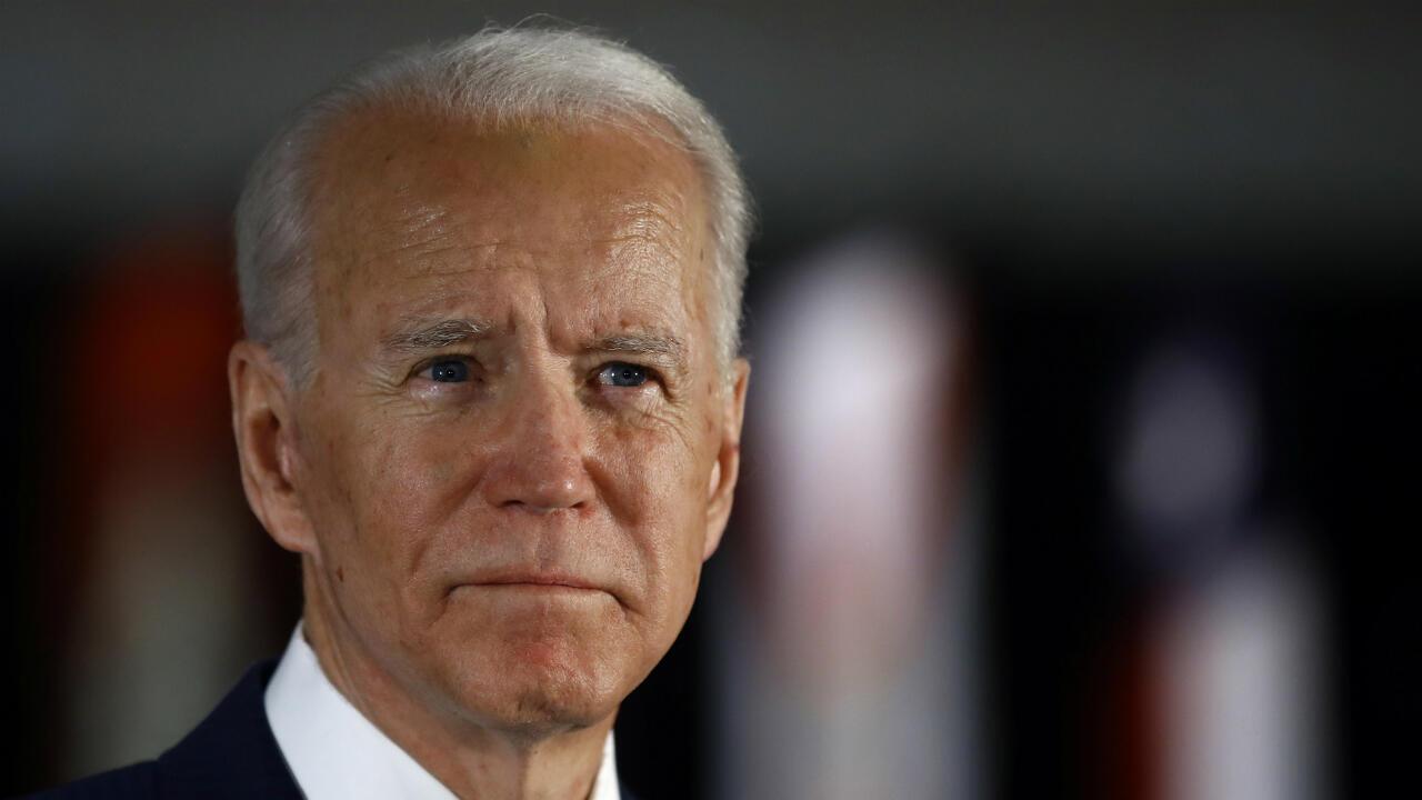 Archivo: el candidato presidencial demócrata Joe Biden habla con miembros de la prensa en el Centro Nacional de la Constitución en Filadelfia, EE. UU. 10 de marzo de 2020.