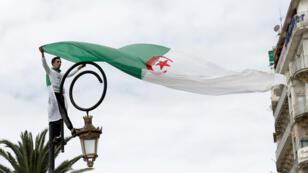 Un manifestante porta la bandera de Argelia durante una protesta para presionar por la eliminación de la estructura política actual. Argel, el 5 de abril de 2019.