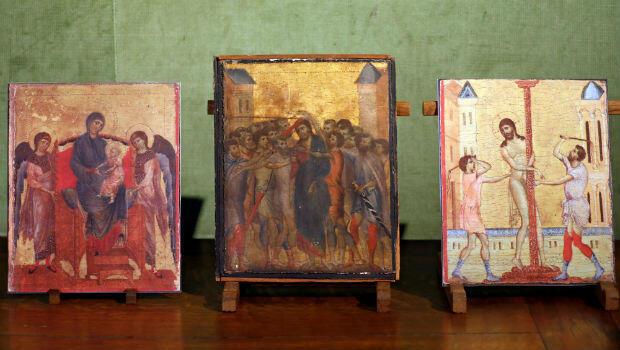 Le tableau découvert près de Compiègne photographié entre deux copies de deux autres panneaux appartenant au même ensemble.