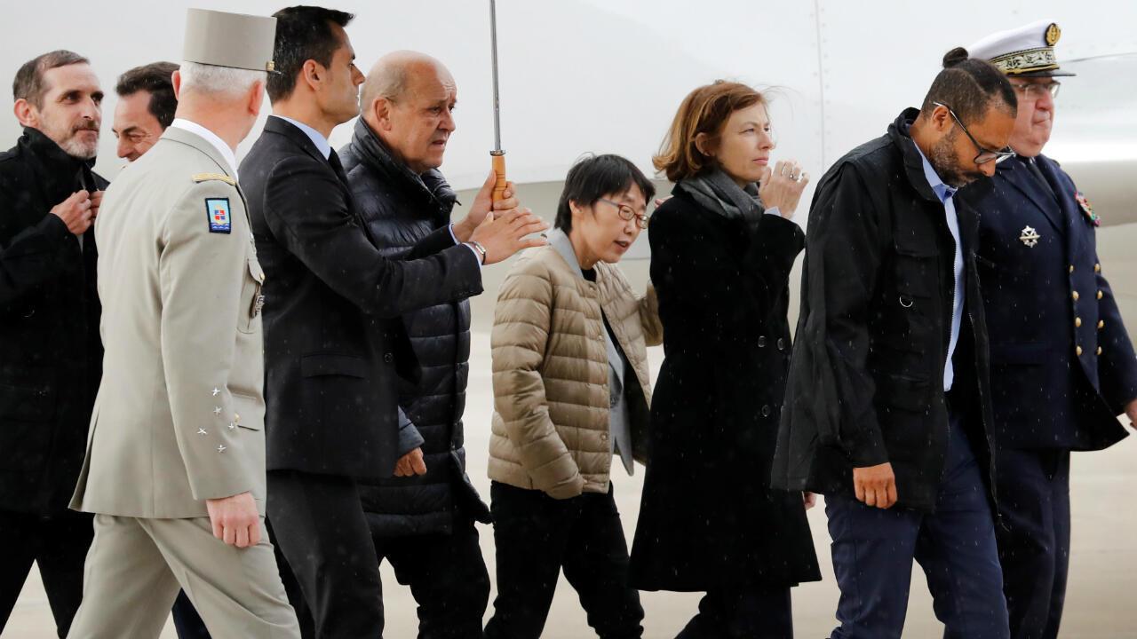 Les trois ex-otages libérés au Burkina Faso ont été accueillis le 11 mai à la base aérienne de Villacoublay par Emmanuel Macron, Jean-Yves Le Drian et Florence Parly