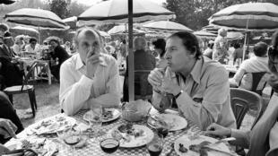 Acteur et animateur Pierre Tchernia (G) déjeune le 01 septembre 1976 lors du Festival du Cinéma Américain à Deauville avec l'ancien policier Roger Borniche