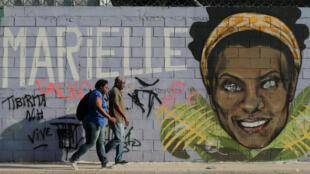 Un mural en honor a Marielle Franco adorna una calle de Río de Janeiro, en la víspera del primer aniversario de su asesinato. 13 de marzo de 2019.