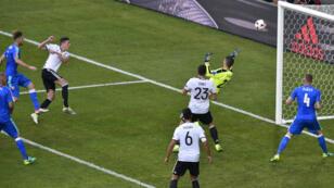 Le milieu de terrain allemand Julian Draxler regarde son ballon sur le point de passer la ligne de but slovaque, à Lille, le 26 juin 2016.