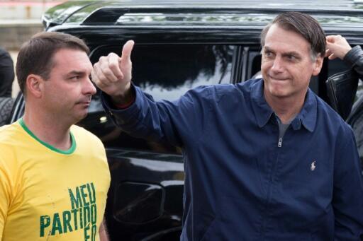 Flavio Bolsonaro a la izquierda junto a su papá el presidente de Brasil, Jair Bolsonaro.