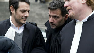Le trader Jérôme Kerviel (au centre), le 21 mars 2016, après son passage devant  la Cour d'appel de Paris pour demander un nouveau procès.