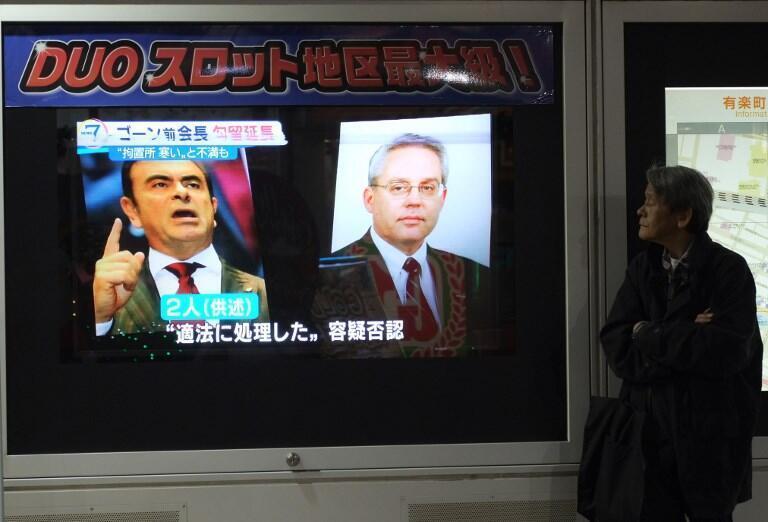 La télévision japonaise diffuse des images de Carlos Ghosn et Greg Kelly en 2018.