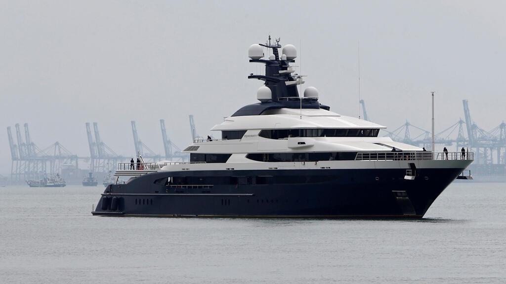 El yate de lujo incautado perteneciente al fugitivo financiero malayo Low Taek Jho, es llevado a la terminal de cruceros Boustead en Port Klang, Malasia, el 7 de agosto de 2018.