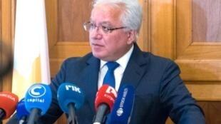 صورة وزعها المكتب الإعلامي التابع للحكومة القبرصية بتاريخ 2 مايو/أيار 2019 تظهر وزير العدل يوناس نيكولاو خلال مؤتمر صحفي في نيقوسيا