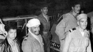 Harkis débarquant d'un bâtiment de la Marine après avoir quitté l'Algérie, en juin 1962, à Marseille.