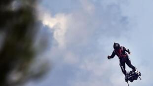 Franky Zapata, campeón mundial de jetski, a bordo de su flyboard, el 14 de julio de 2019.