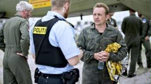 L'inventeur Peter Maden (D) discute avec un policier le 11 août 2017 dans le port de Dragoer.