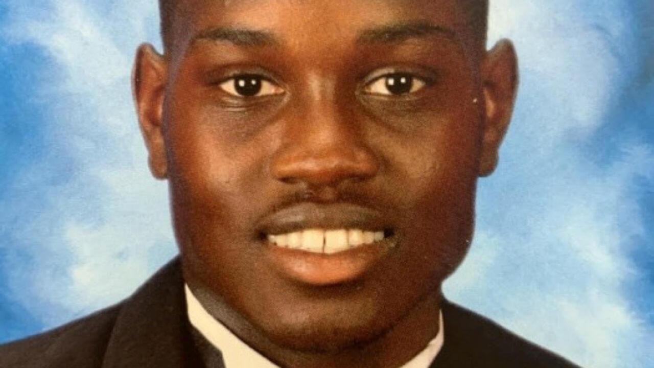 Ahmaud Arbery, quien fue asesinado a tiros en Brunswick, Georgia, EE. UU, el 23 de febrero de 2020, se ve en una foto sin fecha proporcionada por su familia.