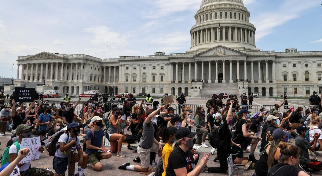 Decenas de personas se arrodillan frente al Capitolio, en homenaje a George Floy, quien murió luego de que un policía le pusiera su rodilla en el cuello. En Washington, Estados Unidos, el 4 de junio de 2020.