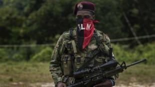 """Esta foto de archivo tomada el 20 de noviembre de 2017 muestra a un miembro del guerrillero del Frente de Guerra Occidental """"Omar Gómez"""" del Ejército de Liberación Nacional (ELN) fotografiado en un campamento a orillas del río San Juan, departamento de Chocó, Colombia. Después de cuatro intentos fallidos de procesos de paz y el actual en riesgo, ya que el 10 de enero de 2018 se suspendieron las conversaciones de paz con el grupo rebelde, parece que lograr que el ELN, el último grupo rebelde en Colombia, silencie los fusiles se convirtió en un reto. Tanto el ELN como el gobierno se han acusado mutuamente de infracciones desde que comenzó la tregua el 1 de octubre de 2017."""