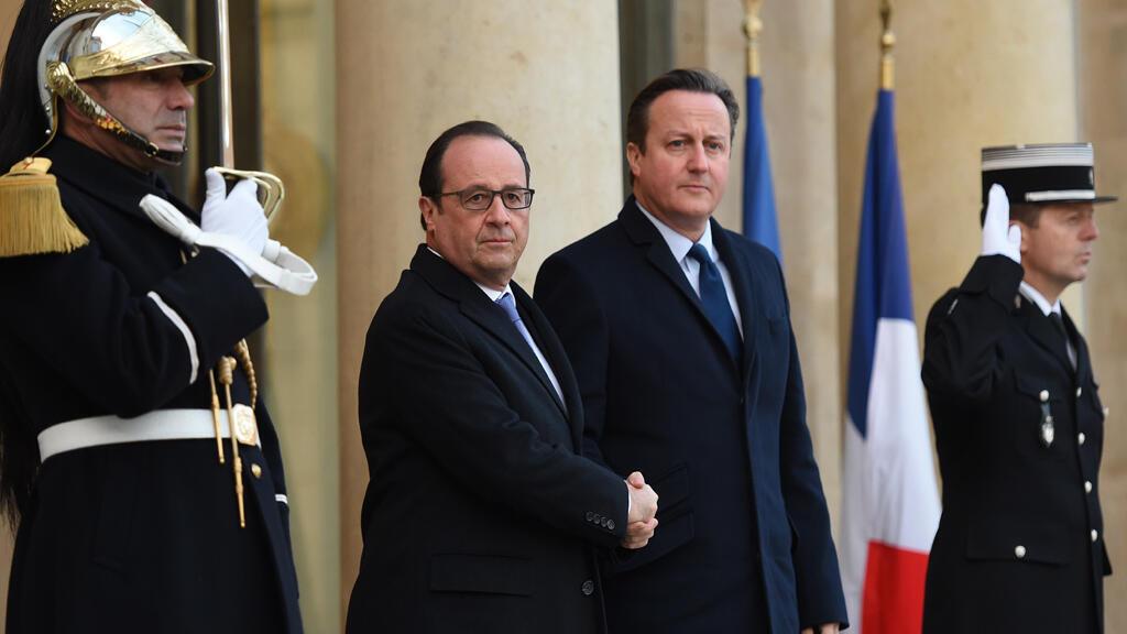 الرئيس الفرنسي فرانسوا هولاند برفقة رئيس الوزراء البريطاني ديفيد كاميرون بالإليزيه