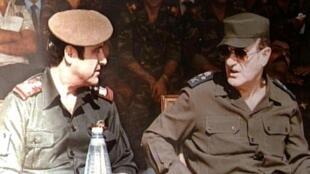 رفعت (يسار) مع شقيقه الرئيس السوري السابق حافظ الأسد عام 1984.