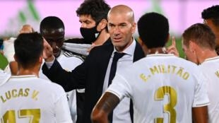 المدرب الفرنسي زين الدين زيدان يعطي توجيهاته للاعبي ريال مدريد على هامش المباراة ضد ألافيس في الدوري الإسباني لكرة القدم، في 10 تموز/يوليو 2020.