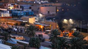 متظاهرون عراقيون يضرمون النار في نقطة مراقبة الدخول إلى السفارة الأمريكية في بغداد، العراق، 31 ديسمبر/كانون الأول 2019.