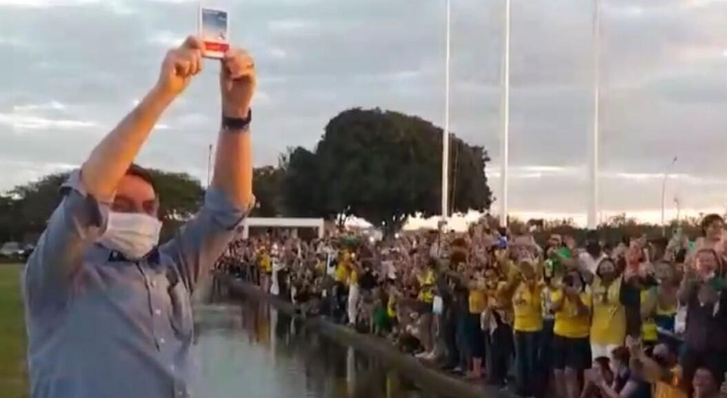 El presidente de Brasil, Jair Bolsonaro, quien contrajo Covid-19, saluda a cientos de sus simpatizantes, en los jardines del Palacio de la Alvorada, en Brasilia, Brasil, el 19 de julio de 2020.