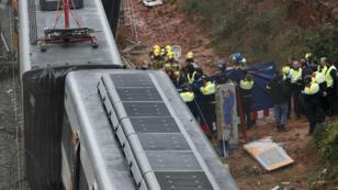 Los trabajadores de rescate retiran el cuerpo de una víctima después de que un tren de pasajeros se descarrilara en las afueras de Barcelona. 20 de noviembre de 2018.