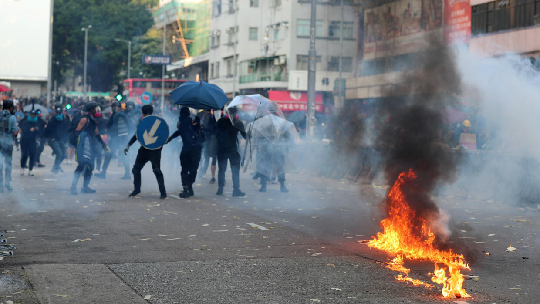 هونغ كونغ: إصابة متظاهر بالرصاص الحي في احتجاجات تتزامن مع الذكرى السبعين لقيام الصين الشعبية