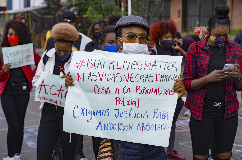 Personas de la comunidad afrocolombiana manifestando al frente de la Embajada de Estados Unidos en Bogotá, Colombia. 6 de junio de 2020.