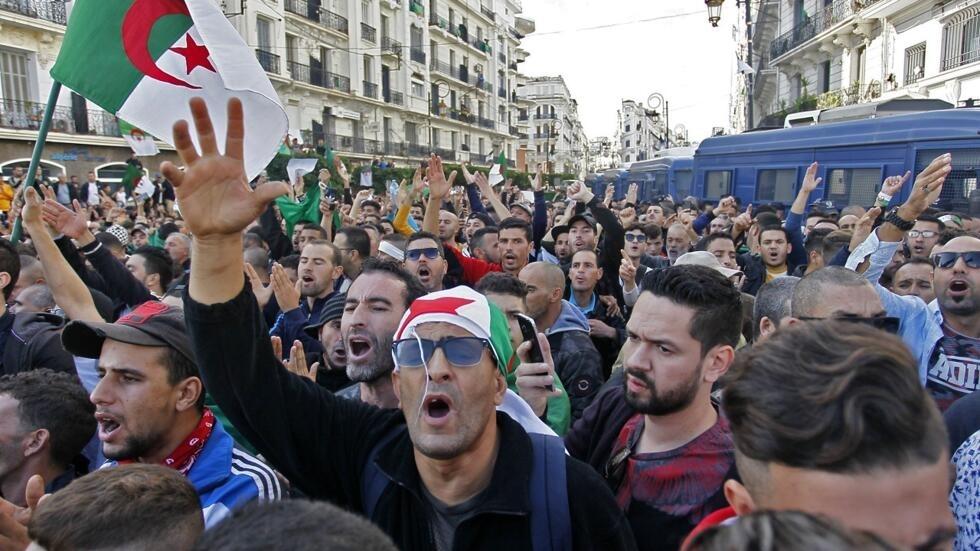 """حشود غفيرة من الجزائريين تتظاهر في الجمعة الـ37 للحراك من أجل """"استقلال جديد"""" في ذكرى حرب التحرير"""