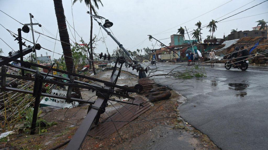 Los postes de servicios públicos caídos se observan después de que el ciclón Fani golpeó a Puri, en el estado oriental de Odisha, India, el 3 de mayo de 2019