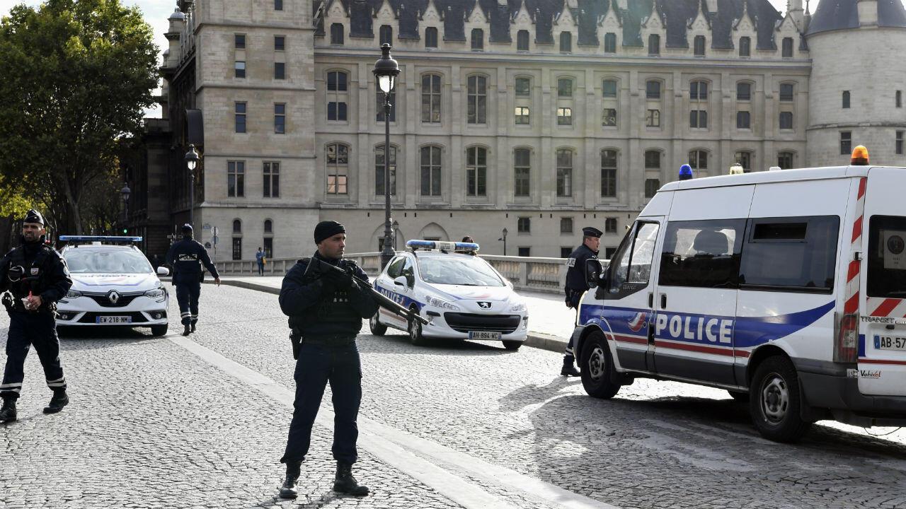 Des policiers devant la préfecture de police de Paris, le 3 octobre 2019.