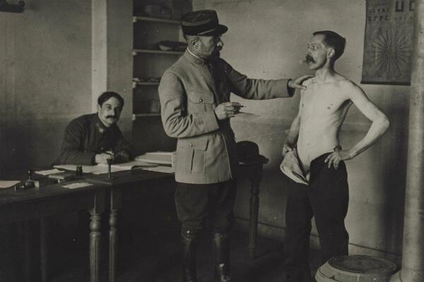 Un démobilisé en train de passer une visite médicale, en février 1919 à Paris.
