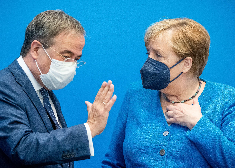 أنغيلا ميركل إلى جانب أرمين لاشيت المرشح لخلافتها قبل اجتماع لحزبهمها حزب الاتحاد الديموقراطي المسيحي في 30 آب/أغسطس 2021 في برلين