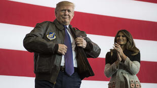 Donald Trump enfile un blouson de l'armée de l'air lors de son voyage à Tokyo, le 5 novembre 2017.