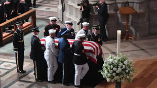 Le cercueil de John McCain entre dans la cathédrale nationale de Washington samedi 1er septembre.