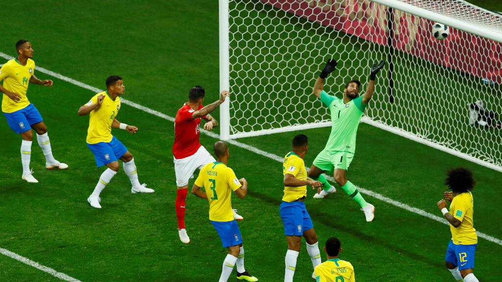 Momento en el que el suizo Steven Zuber empata el partido contra Brasil