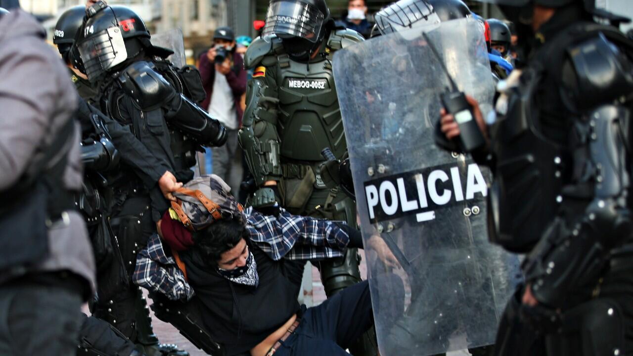 Un manifestante es retenido por la policía durante el paro nacional del pasado lunes 21 de septiembre, Bogotá, Colombia.