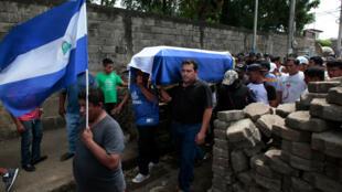 Familiares llevan el ataúd de José Esteban Sevilla Medina, quien falleció en Monimbo, en protestas contra el Gobierno de Daniel Ortega. 16 de julio de 2017.