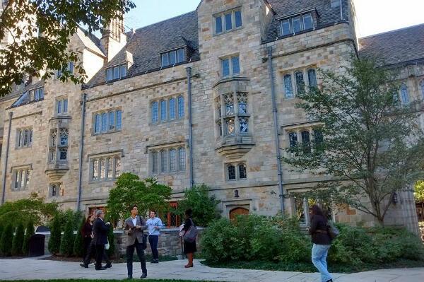 """Un étudiant australien, portant un sweat """"Yale"""", fait office de guide dans les allées de la prestigieuse université."""
