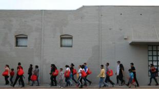 """Inmigrantes indocumentados se dirigen hacia una estación de autobuses camino a ciudades estadounidenses tras ser liberados por la política migratoria de """"captura y liberación"""", en McAllen, Texas, EE. UU., el 6 de abril de 2018."""