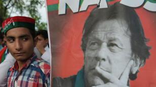 Un soutien du mouvement d'Imran Khan lors d'un rassemblement devant la résidence de ce dernier à Islamabad, le 26 juillet 2018.