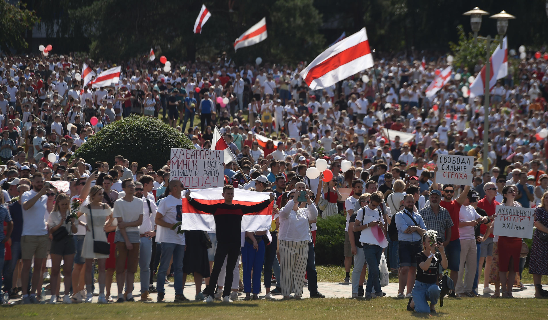 Simpatizantes de la oposición bielorrusa participan en un mitin contra el poder en el centro de Minsk el 16 de agosto de 2020.